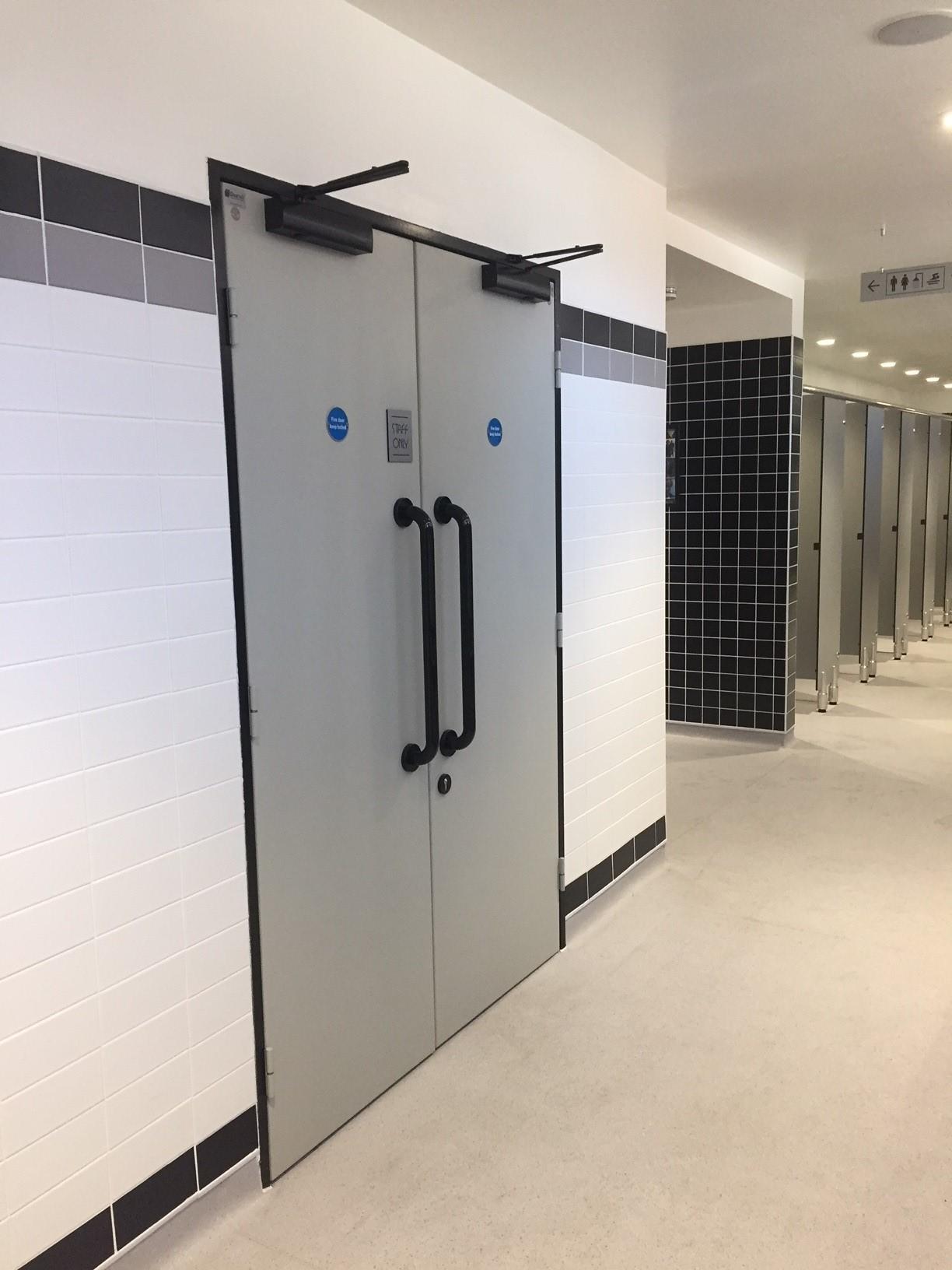 Mounts baths northampton dortek hygienic doors for Mounts swimming pool northampton